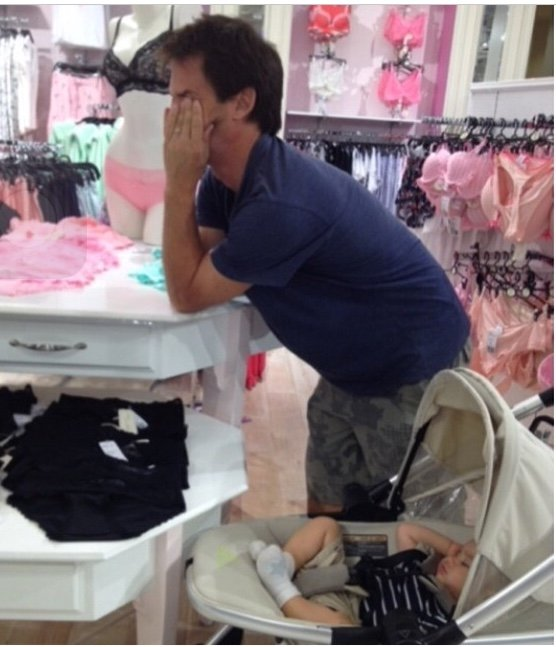 Hombres Que Sufren Cuando Acompañan A Su Esposas A Comprar Ropa
