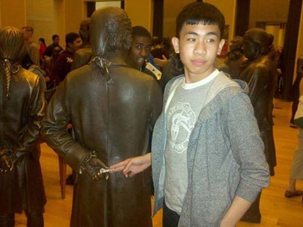 estatua aceptando soborno de hombre