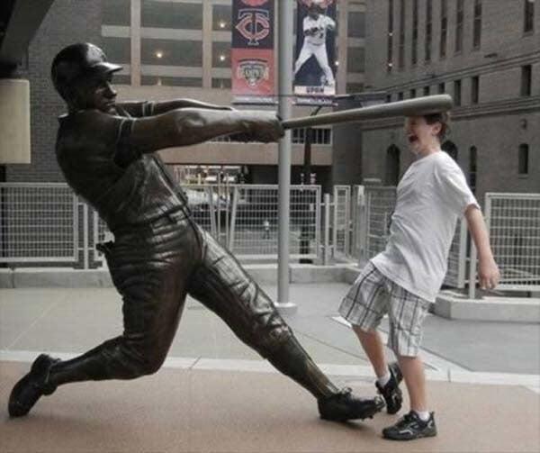 estatua de beisbolista bateando a joven