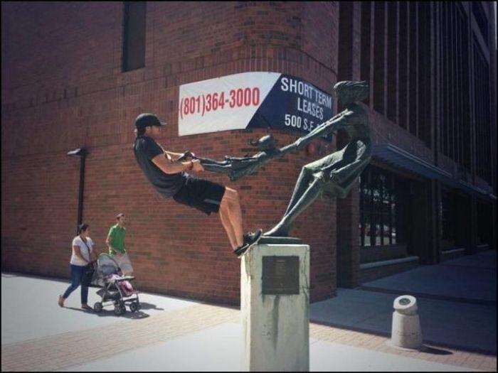 hombre jalando niño en estatua
