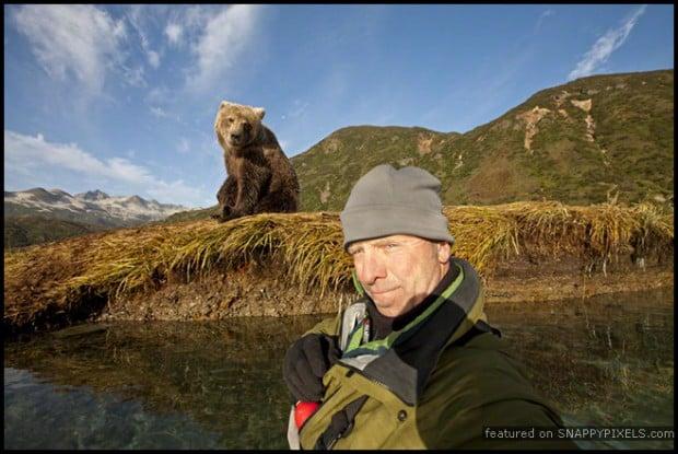 selfie con oso grizzly en un rio