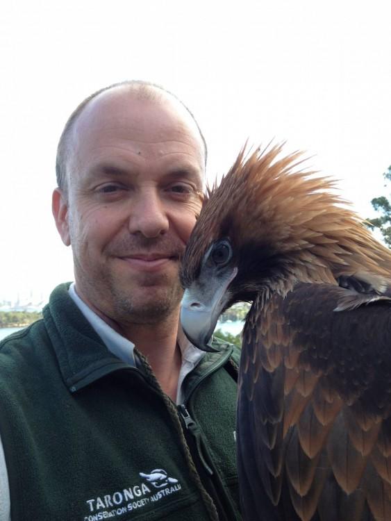 hombre se toma selfie con aguila real cetreria