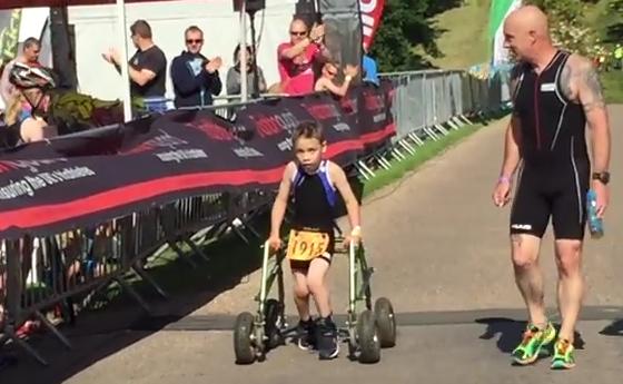 Niño de 8 años con parálisis logra finalizar un triatlón