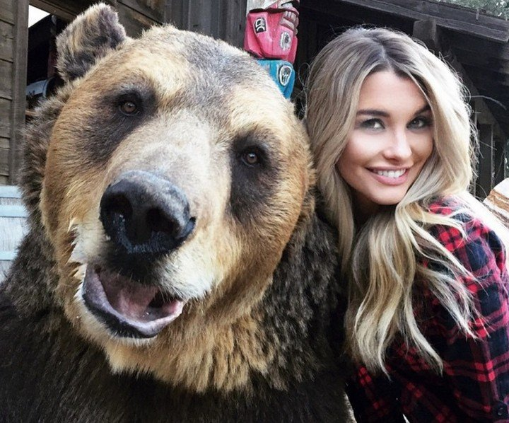 oso grizzly con emily sears selfie
