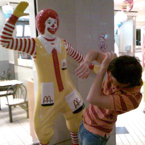 ronald mcdonald golpeando a hombre