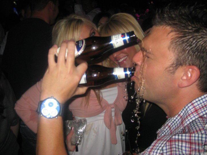hombre tomando 2 cervezas al mismo tiempo
