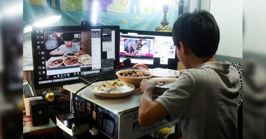 Este joven gana más de 1000 dólares al mes por comer frente a la computadora