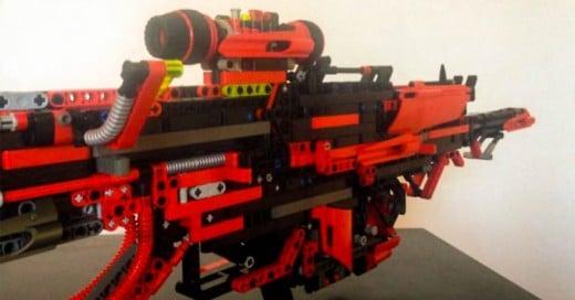 Joven tarda 3 años y medio en construir una metralleta de Legos ¡Totalmente funcional!