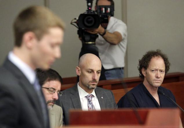 Padre e hijo en el juicio, Gasta su herencia para demostrar que su padre mató a su mamá