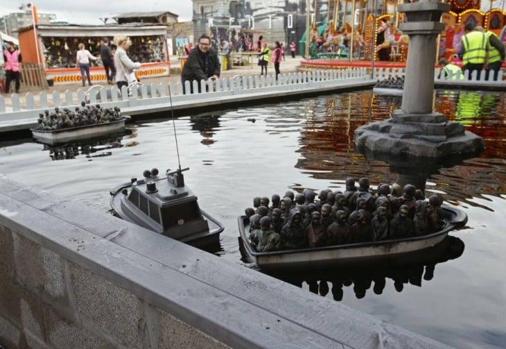 barcas con inmigrantes en dismaland