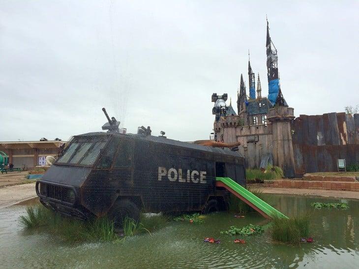 camion de policia con resbaladilla dismaland