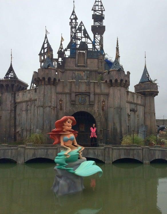 castillo dismaland bansky sirenita