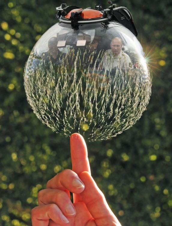 Internet trollea a Putin dentro de su batiscafo con una batalla de Photoshop burbuja