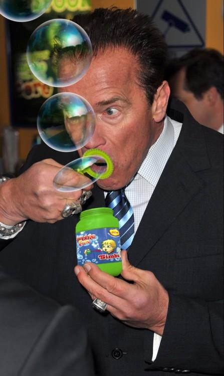 Photoshopean a Arnold Schwarzenegger comiendo un helado burbujas