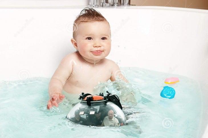 Internet trollea a Putin dentro de su batiscafo con una batalla de Photoshop bebé en tina