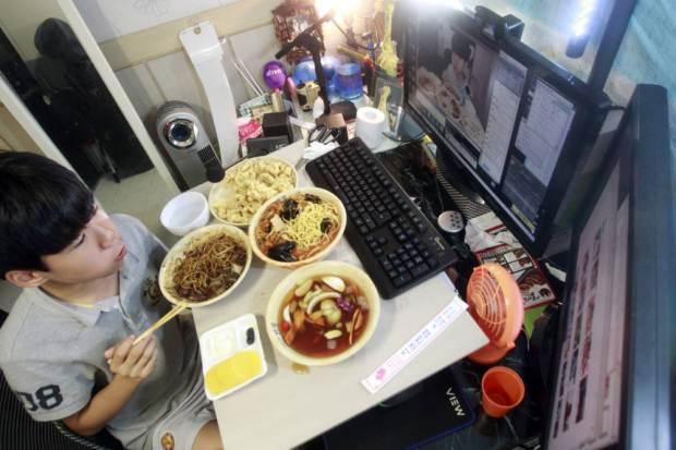 Gana 1000 dólares al mes por comer frente a la computadora