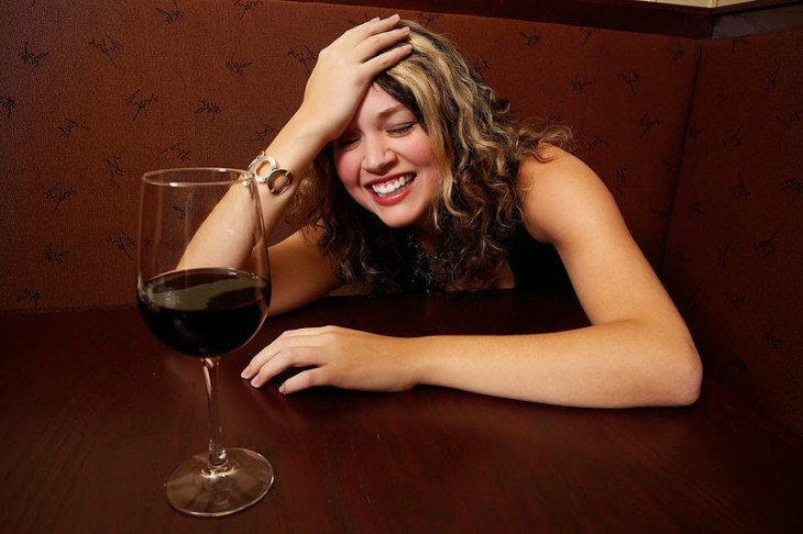 mujer bebe demasiado en primera cita