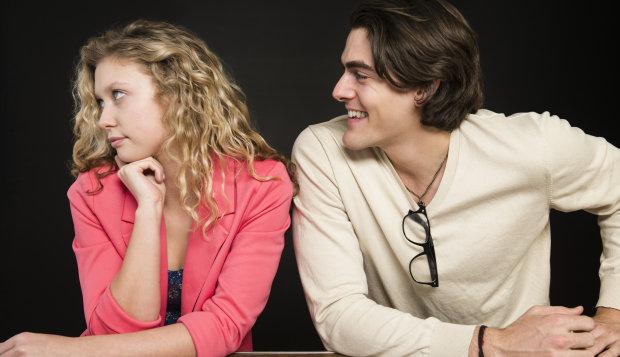 mujer desinteresada en la conversacion en una cita