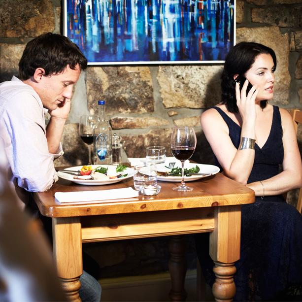 mujer ignora en cita phubbing