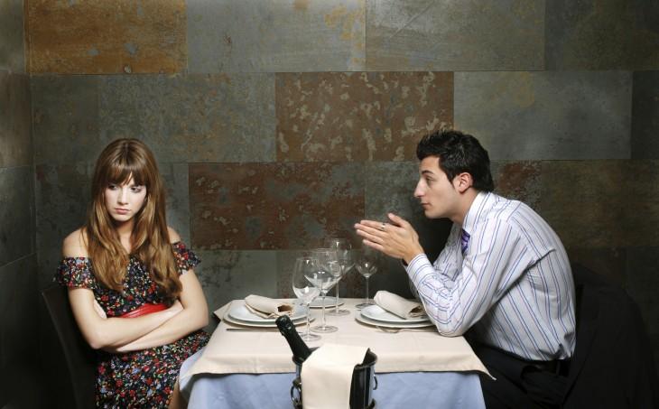 mujer negativa en una cita