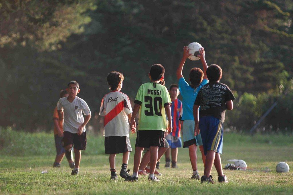 Las 25 reglas del futbol callejero recordar s tu infancia for Cuando es fuera de lugar futbol