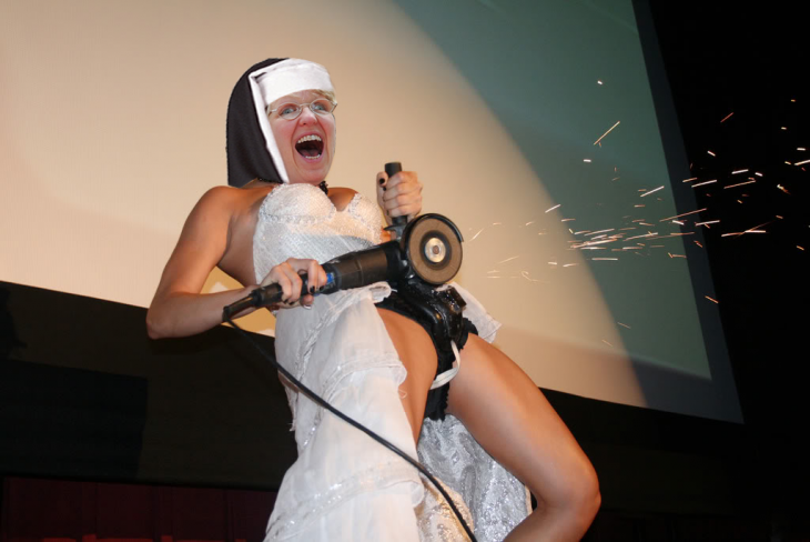 Novia rompió su cinturón de castidad y así fue como reaccionó internet