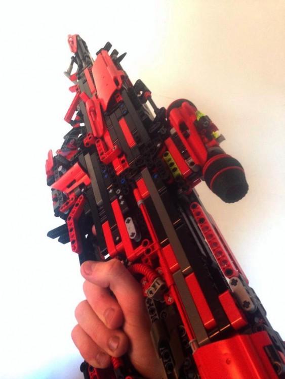 tarda 3 años y medio en construir una metralleta de Lego