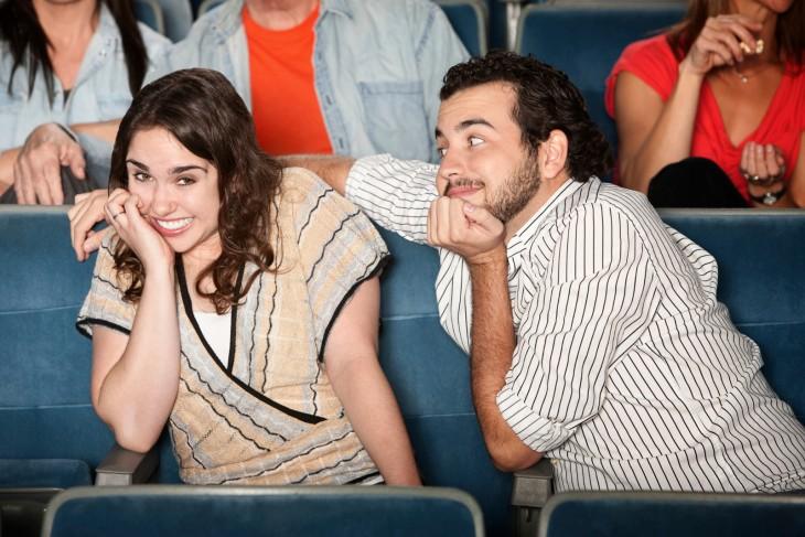 tocar inapropiadamente en una cita en el cine