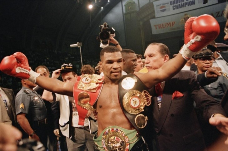 mike tyson doble campeon