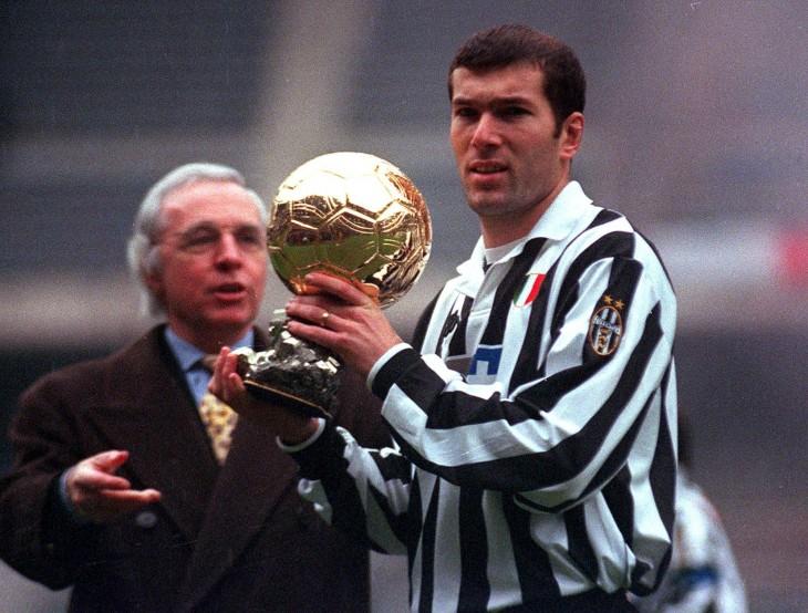 Zinedine Zidane con balón de oro