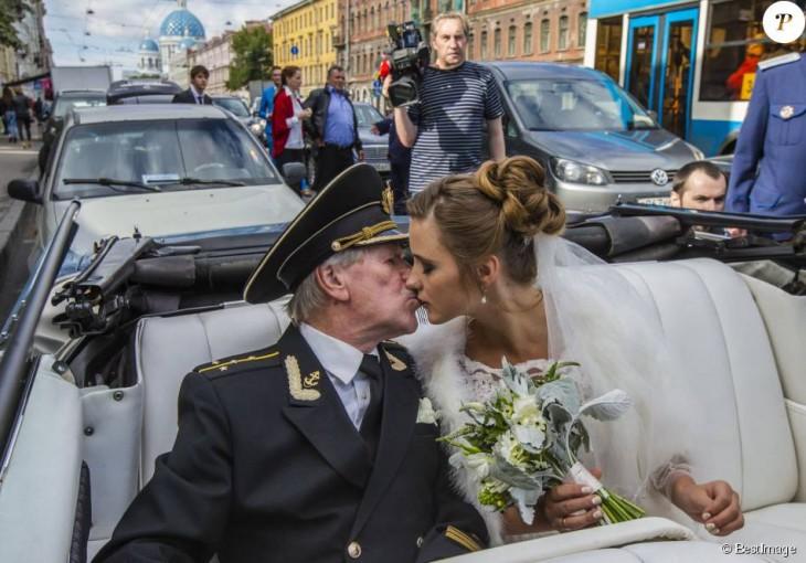 Ivan Krasko y Natalia Shevel en el coche besándose