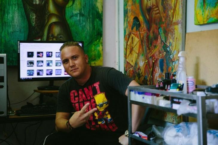 Joven cubano frente a la computadora