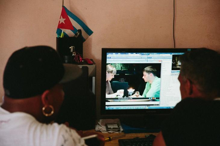 Cubanos viendo series en una computadora