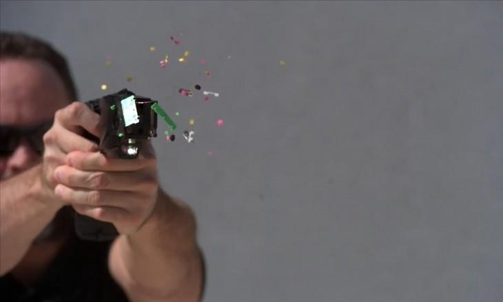 hombre disparando una taser