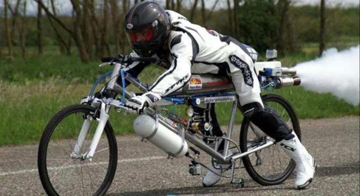 Francois Gissy en bicicleta con cohetes