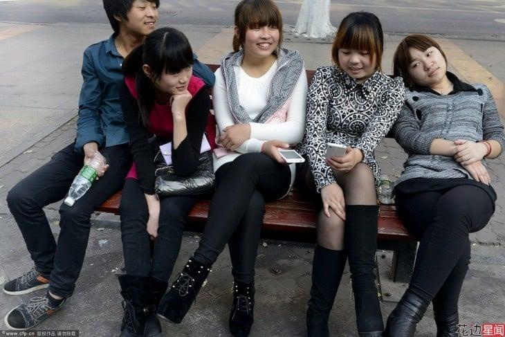 chino con cuatro novias sentados