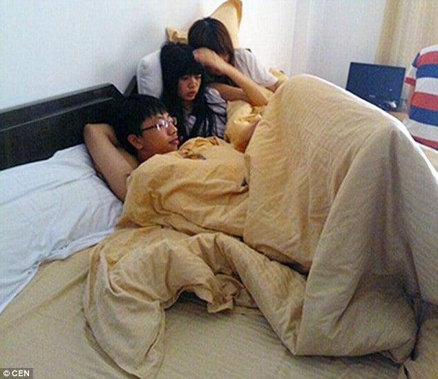 Chino acostado con dos mujeres
