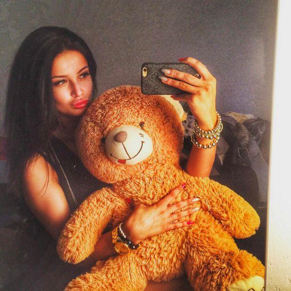 selfie de Katka Provazníková con oso