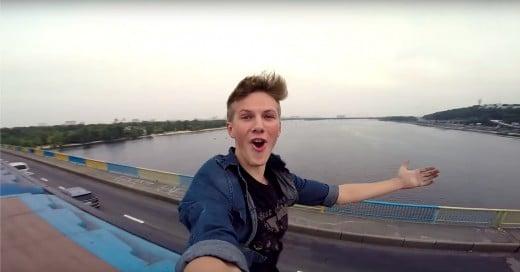 Adolescente camina en el techo de un tren en movimiento