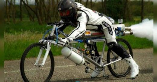 Bicicleta humilla a Ferrari en una carrera de velocidad a más de 330 km/h!