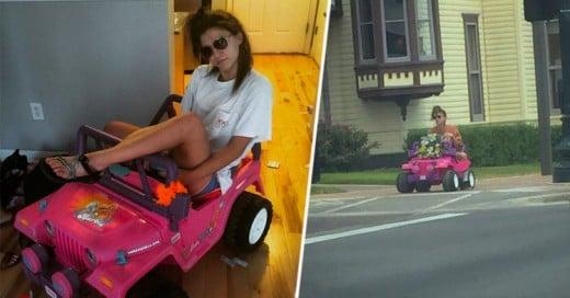 Estudiante maneja Jeep de Barbie en Universidad tras perder licencia por conducir ebria