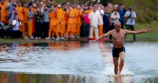 Monje Shaolín tiene record de correr 125 metros sobre el agua