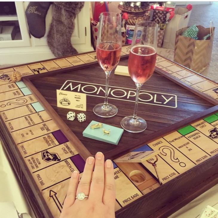 novia enseña su anillo de compromiso