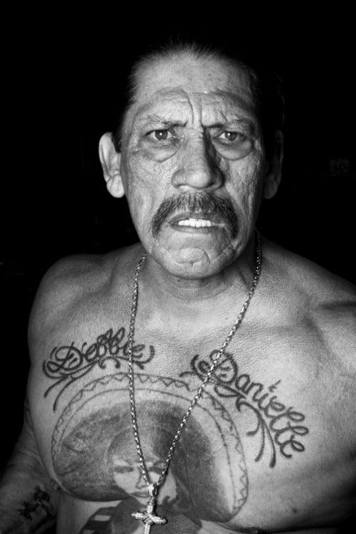 Danny Trejo con tatuajes y actitud amenazante