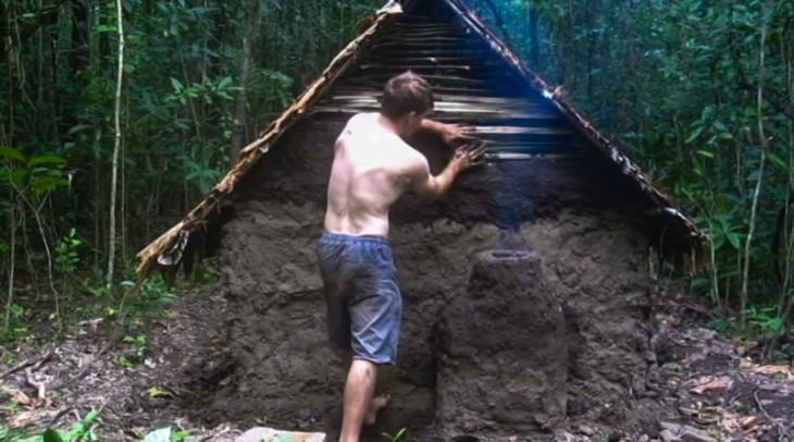 Chico construye casa con barro y cosas naturales en la selva