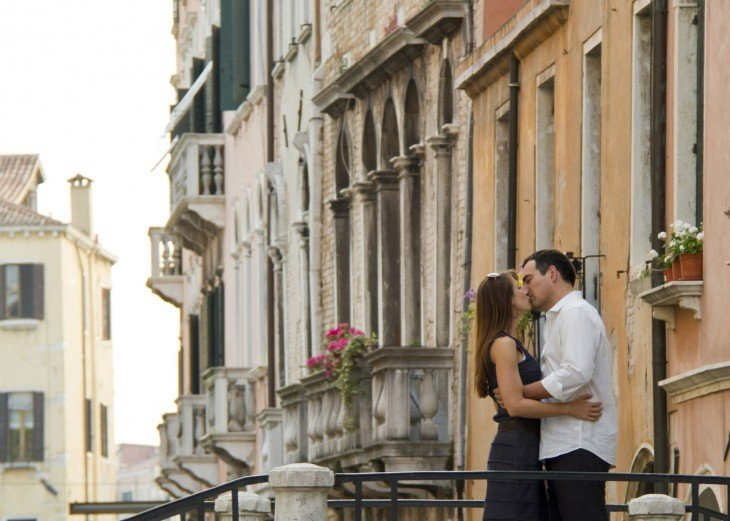 pareja besándose en italia