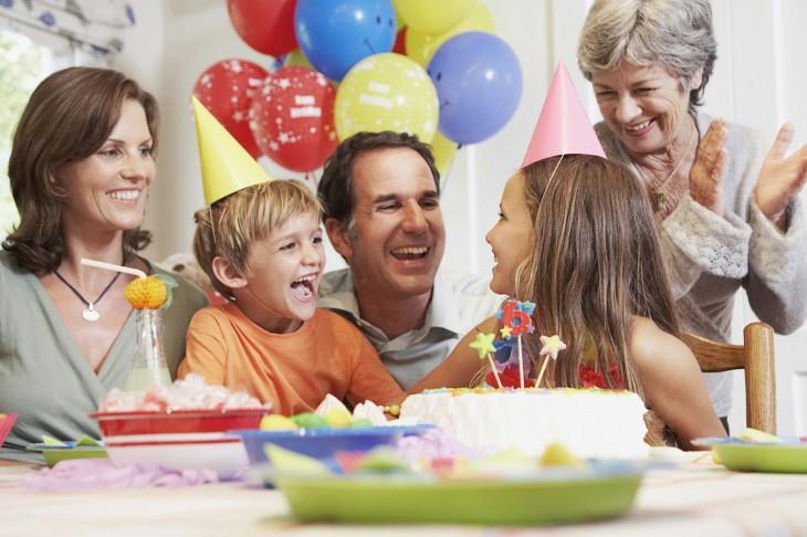 fiesta infantil en el pastel