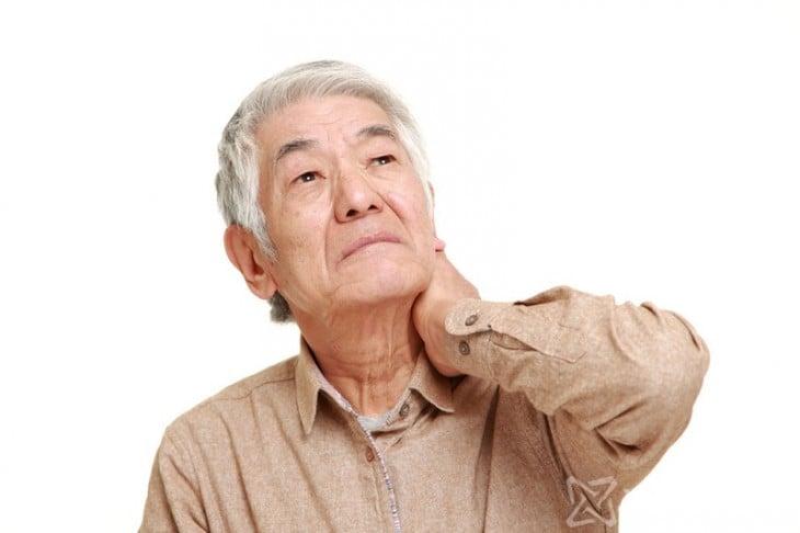 abuelo chino sobándose el cuello