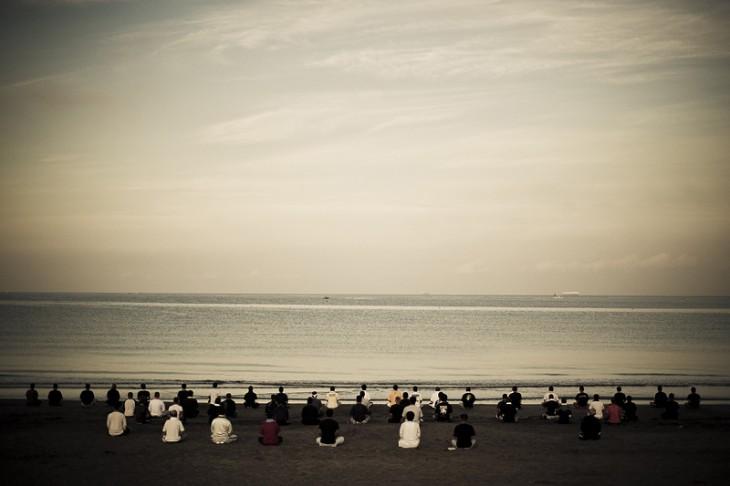 miembros de los yakuza sentados en la playa en reunión