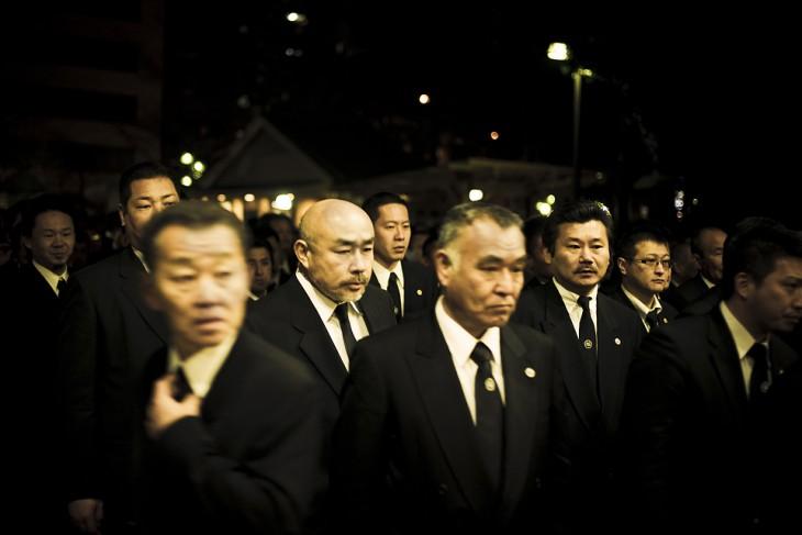 miembros yakuza en traje